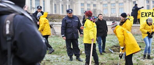 A román parlament előtt bányásztak a Greenpeace-esek