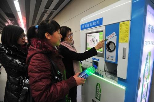 Metrójegyet ad műanyag palackért a pekingi automata