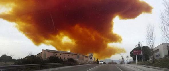 Narancsszínű felhő gomolyog egy robbanás miatt